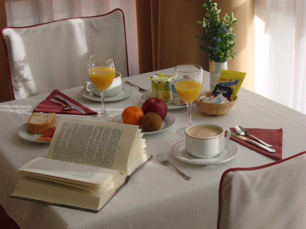 desayuna-en-el-hotel-Bufon-de-Arenillas-8-1024x768