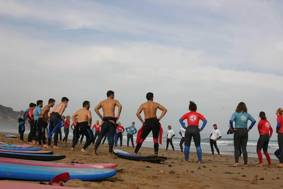 ESCUELA DE SURF EN LLANES… playa de San Antolín – Naves   Clase de ... d4ef7cdb195
