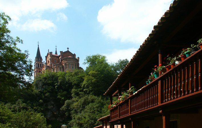 Colegiata de nuestra se ora de covadonga cangas de on s - Marisquerias en asturias ...