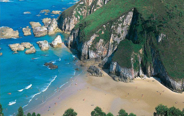 Playa de La Franca… playa de arena blanca en un entorno ...